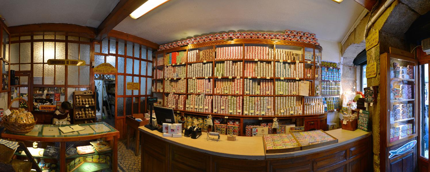 Lissabon: Laden voller Tunfischdosen in der Baixa